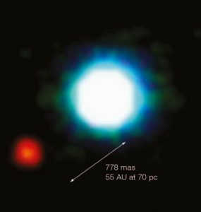 Posiblemente la primera imagen de un exoplaneta (mancha roja), obtenida con el instrumento NACO, en el VLT. El planeta orbita en torno a una enana marrón (mancha azul en el centro) | ESO
